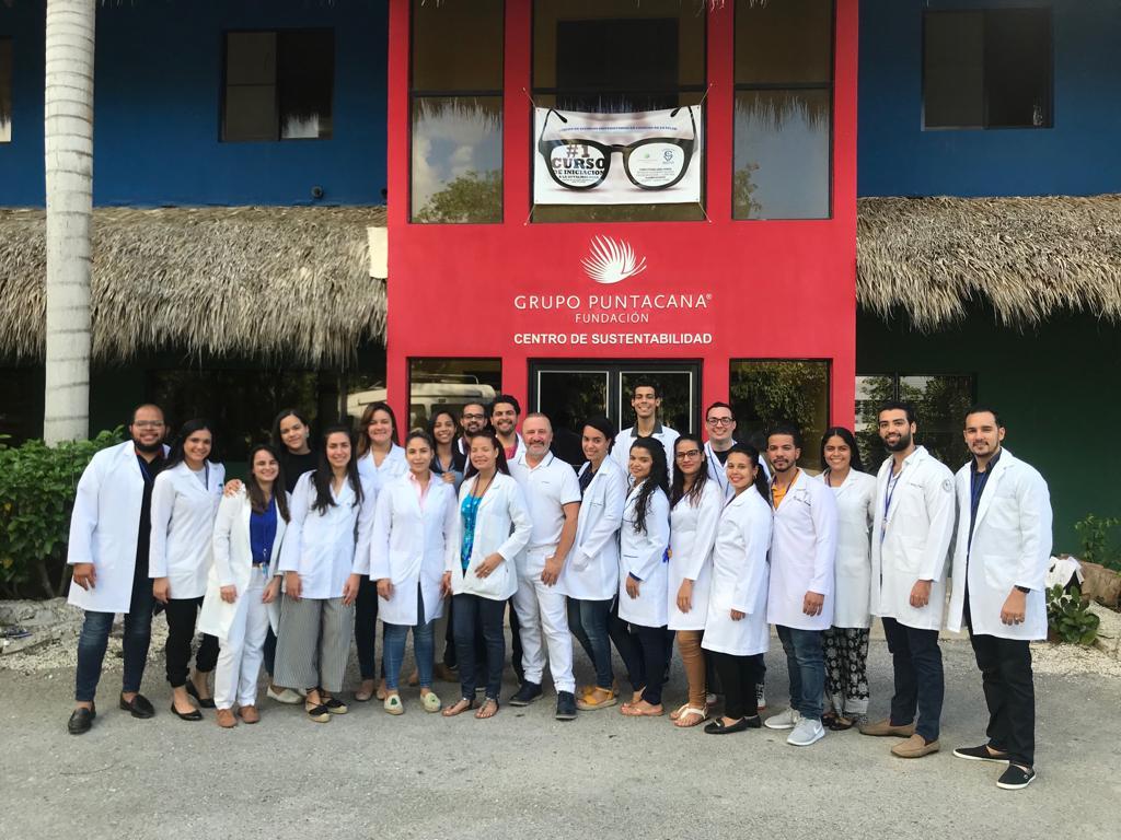 Médicos participantes en el curso de iniciación a la Oftalmología con el jefe de prácticas clínicas Dr. Enrique Santos